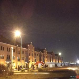 満月と赤レンガ倉庫