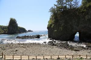 巌門: 日本海の荒波が創った神秘の造形