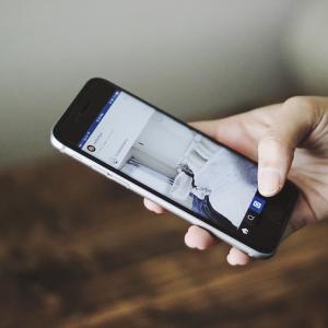 ドコモ スマートフォンで「振る」だけアプリ起動の「スグアプ」提供開始