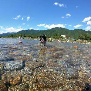 青い空白い雲真夏の清流川遊び