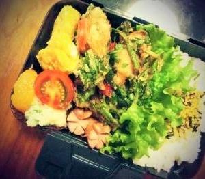 *自家製野菜の春菊とちくわの天ぷら弁当。