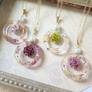 青森ロザフィで作った花香水瓶はネックレスにするとこんな感じ