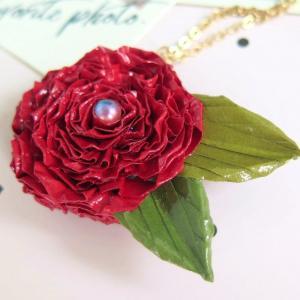 これぞバラ!な真っ赤なふわふわ花びらが魅力のロザフィネックレスできました