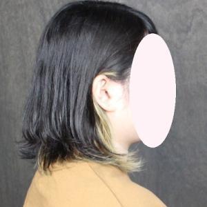 髪を耳にかけてすてきカラー