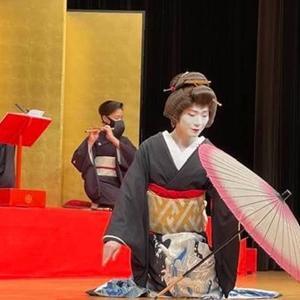 芸者さんの舞踊と三味線。本当に素晴らしくて目にも眼福の演奏会でした。端唄春雨の歌詞と曲