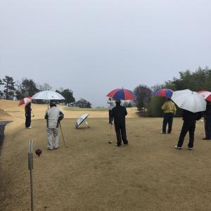 雨のゴルフコンペいつも周りに恵まれる