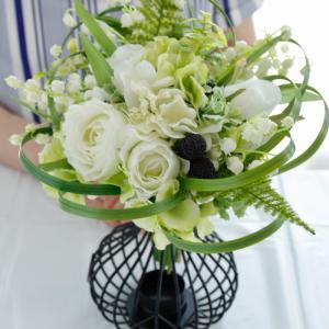 白いお花のループブーケ