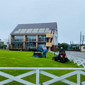 雨の芝刈り