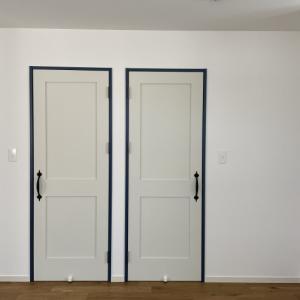 ブルーをきりりと効かせたドアの枠!!〜WEB内覧会