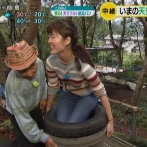 【シブ5時】NHK京都寺田有希キャスターの腰・尻にじいさんが密着&回され放題【スレンダーニット】