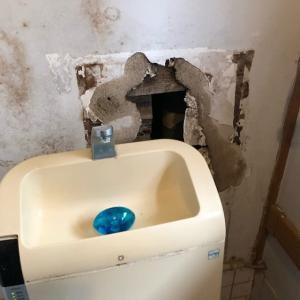 水漏れでトイレの壁が大変なことに