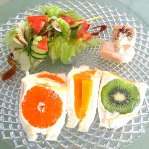ランチにフルーツサンドイッチ