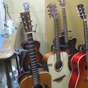 多くのギターに囲まれて