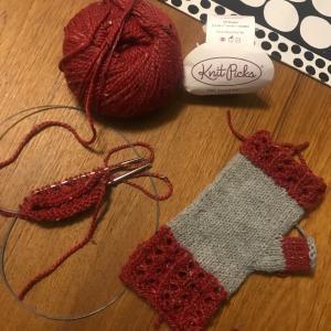*Knit Picksの糸で手袋を編み始めました&クリスマスツリーの準備*