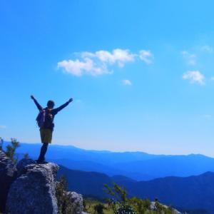 バックパッカー、岩山を登る