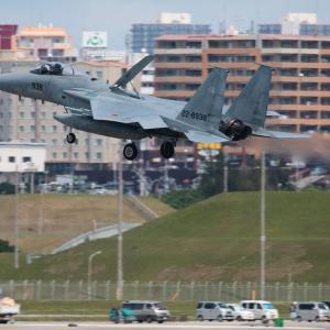 車の上を  F-15  航空自衛隊