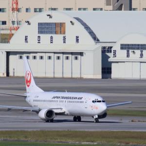 那覇空港らしいところで  B737  日本トランスオーシャン航空(NU)