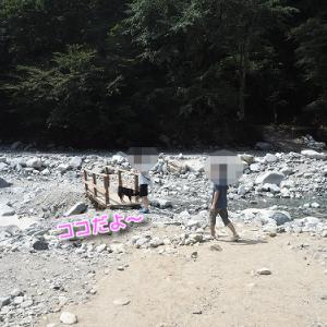 記念撮影は川の中のキャンプ西丹沢編