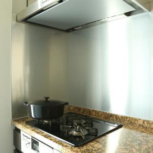 拭き跡が残りやすいキッチンパネルを、ラクにキレイにできる掃除方法【ローハイ家事】