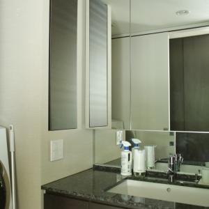 コロナ禍で散らかりがちになった洗面所。山崎実業のマグネットハンガーで整えました