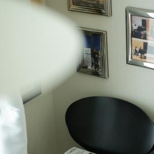 狭い角部屋あるある?毎年増える、発表会の写真を飾る「壁」がありません