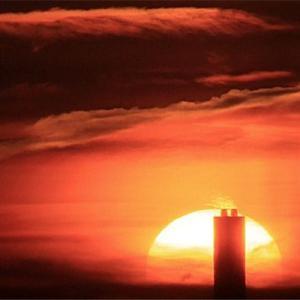八尾空港ランウエー27エンター夕刻のフォト散歩 煙突に絡む夕陽