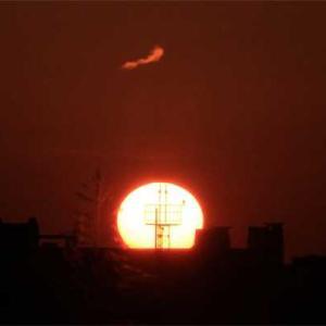 八尾空港ランウエー27エンター夕刻のフォト散歩 風速測定タワーに落陽