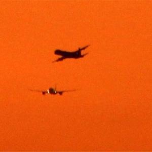 関空トラフィツク機影の夕陽面通過