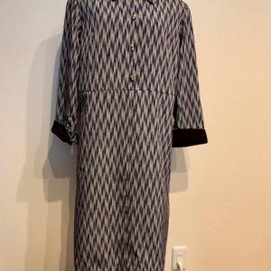矢絣小紋の着物から、長そで・衿付きのワンピース
