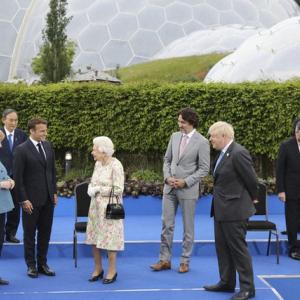 【毎日新聞】G7首脳の中でぽつん 菅首相の「ディスタンス」に批判の声 ツイッター上では「国際的孤立」「おいてけぼり」