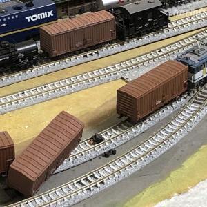 2軸貨車が脱線