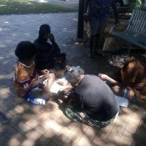 いよいよシティのアボリジニの女性たちとアクセサリー作り開始