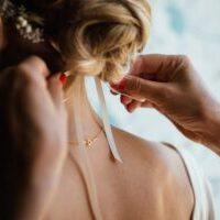 前髪を斜めに下ろす花嫁ヘアスタイルのアレンジ