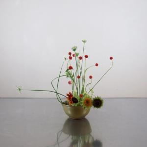 センニチコウと庭のニラ花を、すり鉢に生ける
