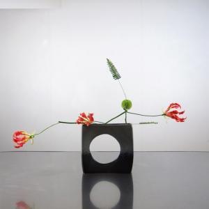 花器が目立つように、グロリオサを並べる