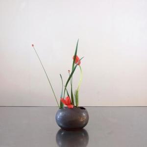 微妙なカーブの茎と葉で、花数を少なく艶っぽく