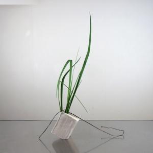 線の花材が創る空間を意識して、不安定な変形花器に