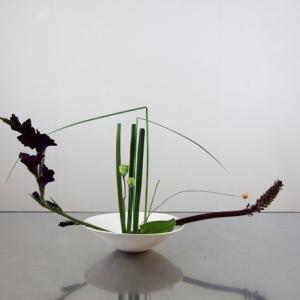 二種類の葉を中心に、枠外に画面を広げるパイナップルとグラジオラス