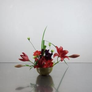 赤色系の花たちで、すり鉢にお花を盛る