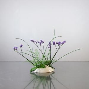 庭の花ニラとアスパラガスを生ける