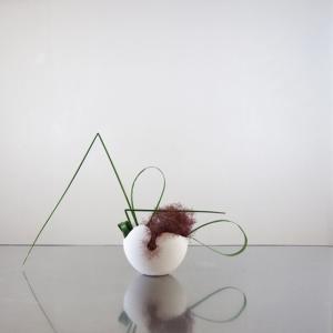 直線と曲線を組み合わせて、卵形の花器で、