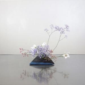 淡い色合いの花たちを、和の色合いの変形花器に