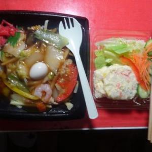 夕飯、中華丼弁当でした。