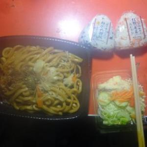 夕飯、お惣菜、焼きうどんでした。