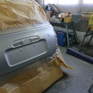 バックドアの塗装作業