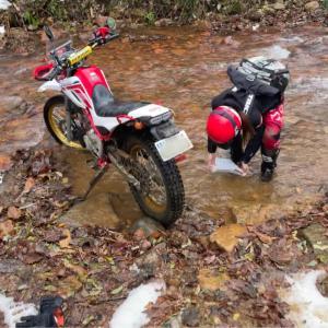 オフロードバイクを川で洗車