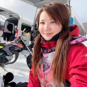 雪道のオフロードバイクレースコース