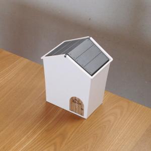 デスク周りに便利な100均グッズ!可愛い家型ごみ箱、立つミニちりとり&ほうき