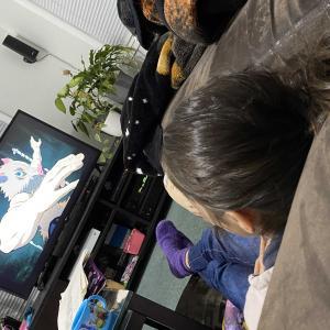 日本のアニメにハマるガールズ