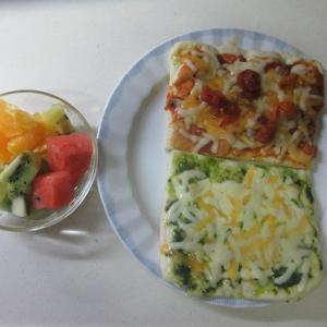 お家ランチ!バジルソースとセミドライトマトでピザ!